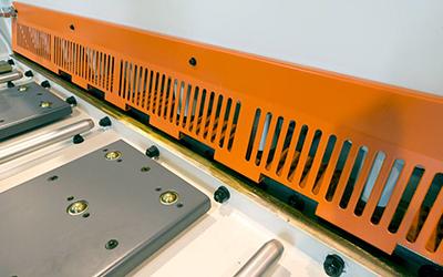 close up voorkant snijmachine plaatschaar voor staalplaten cs model lvd